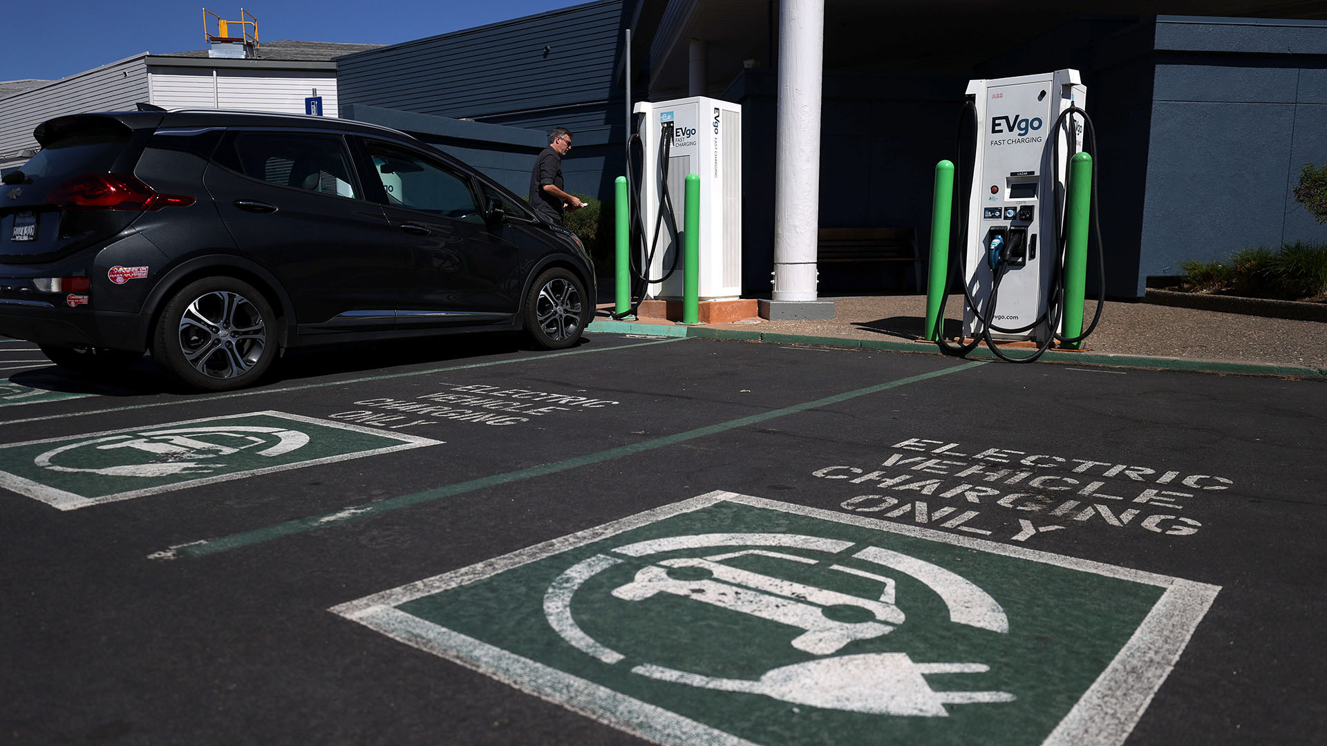 An electric car owner prepares to charge his car at an electric car charging station on September 23, 2020 in Corte Madera, California. (Photo by Justin Sullivan/Getty Images)